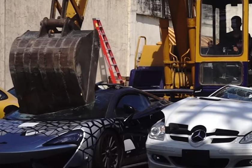 فيديو : تحطيم 21 سيارة مهربة في الفلبين تشمل سيارات فائقة
